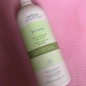 1 liter flaske  Aveda Be Curly Curl Enhancing Hair Spray er perfekt til dig, der ønsker at fremhæve dine fald/bølger i håret. Den indeholder nemlig økologisk hvedeprotein og aloe vera, der får hårets struktur til at trække sig sammen, og derved fremhæve dine bølger i håret, så de bliver til de lækreste veldefinerede krøller i stedet. Sprayen fungerer som et boost til krøllerne og kan bruges alene eller sammen med en krøllecreme/ skum. Den er velegenet til både fint og kraftigt hår.  Den indeholder Aveda's egen Pure-Fume™ aroma med certificeret økologisk citron, bergamot og andre rene blomster og plante essenser.  Fordele:  Fremhæver dine krøller Giver dem et boost Reducerer krus og frizz Fleksibelt hold Velegnet til både fint og kraftigt krøllet hår Anvendelse:  Spray produktet jævnt i håndklæde tørt hår Kam op i håret med fingerne, for at aktivere krøllerne Fordel evt. lidt skum eller creme i håret hvis mere kontrol og definition ønskes Føntør håret med diffuser eller lad håret lufttørre