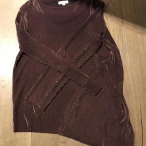 Varetype: Bluse Farve: Mørkerød  Helt ny bluse fra Hosbjerg i flot mørkerød farve med flot skævt snit, den passer også alm. str. M