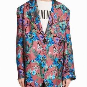 Flot blomstret blazer fra H&M trend. Den har været brugt et par gange, men er desværre gået en lille smule i stoffet på ryggen. Se de 3 sidste billeder. Bytter ikke. Str. 34 - oversize i modellen.