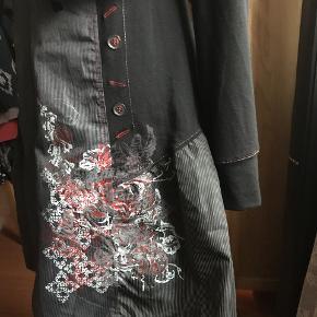 flot kjole med mange fine detaljer og lille kort jakke til. brystvidde 2 x 40 længde fra skulder 90