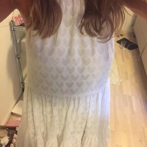 Sælger denne kjole fra H&m. Kjolen er blevet brugt i en times tid til min dimission og fremstår dermed helt som ny.  Den har de fineste detaljer og er perfekt til sommer.  Byd gerne:)