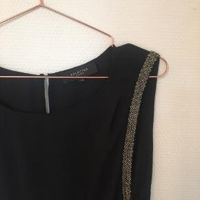 Den smukkeste jumpsuit fra Selected Femme med åben-ryg detalje💛