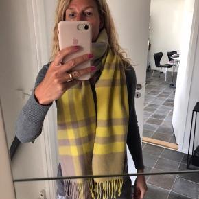 Helt nye lækre BELLABLLOU tørklæder. NY prisen er 899kr for det store gule og 699 for det andet uld. MP er 300kr i hånden og bytter IKKE