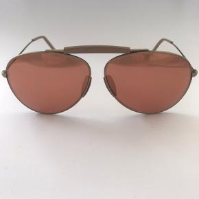 Ny super lækker solbrille fra Acne Studios. Aldrig brugt. Model CE2. Stel i mat guld med glas i bronze. Brillen er håndlavet i Frankrig.