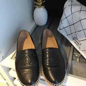 Chanel espadrilles i sort lammeskind læder. Str 38, meget størrelsessvarende synes jeg, bruger 38 normalt. Brugt meget sparsomt og i upåklagelig stand. Der medfølger dustbags og kopi af kvitteringen da der er flere ting på. Kassen har jeg desværre ikke da de er købt i Sydney og vi ikke havde mere plads i kufferten :-)