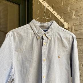 Virkelig flot Ralph Lauren skjorte. Kun brugt er par gange, så fejler absolut ingen ting. Str S/M ca. passer bedst mellem 170-184 cm ca. Nypris 750kr Sælges til kun 250kr