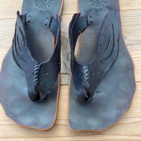 Super håndsyet kvalitets sandal. Måler 26 cm.   Bytter ikke.