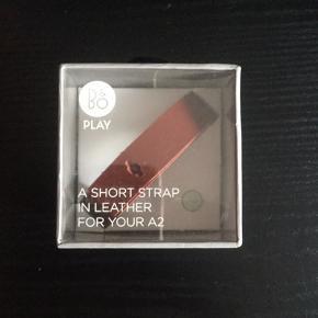 Beoplay A2 Short strap, sælges..    Ny, og ubrugt...    Butikspris 350.kr..    SE OGSÅ ALLE MINE ANDRE ANNONCER.. :D
