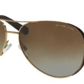 Varetype: Solbriller Størrelse: Stor Farve: Brun Oprindelig købspris: 1500 kr. Prisen angivet er inklusiv forsendelse.  MICHAEL KORS MK5004 CHELSEA  Gold / Brown Gradient polarized  Sprit nye!! Mp 1000