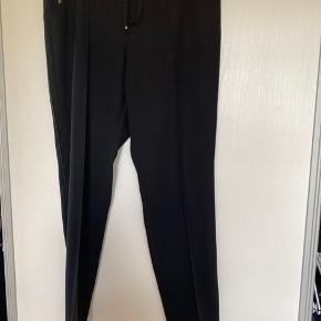 Skøn løs buks, med justerbar snøre, guldknap lukning ved lommen og læderstikning  ned ad benene. Indvendig benlængde : 78
