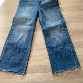 """Jeans fra zara i str. 24. Brugt kun et par gange.  Kan hentes i Dianalund ellers sendes med gls/dao Ved køb af flere ting, kan der opnås rabat👍 """"Se også mine øvrige annoncer😊"""""""