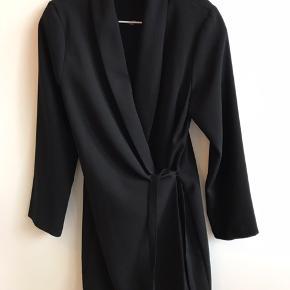 Slå om-kjole sælges. Aldrig brugt, så fejler intet. Kan afhentes i Valby tæt på Jesuskirken.