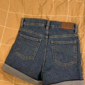Sælger de her shorts da de er alt for små til mig.  Er ret sikker på det er meningen de skal sidde en smule løst på en (hvilket er hvad jeg ledte efter) men hvis man vil have de sidder stramt så skal man nok ligesom mig være en str. 26-27:)  Størrelsen der står i er w25. Jeg bruger normalt 26-27.