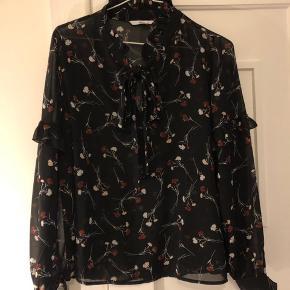 Super flot lidt gennemsigtig bluse fra ellos. Den har ikke været brugt :-)