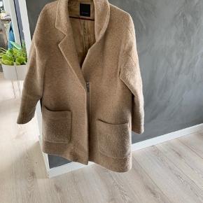 NY PRIS! MEGA BILLIGT! Virkelig smuk og klassisk SAND uldjakke. Der er et lille hul i foret ved ærmet, men indvendigt - så det ses ikke.
