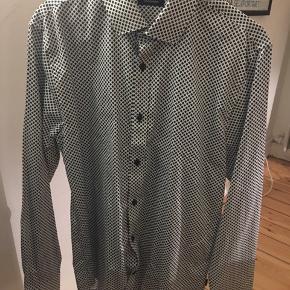 Flot skjorte fra matinique, aldrig brugt og står derfor som ny☺️  Finder man flere ting kan mængde rabat sagtens arrangeres😃