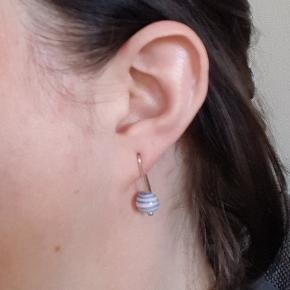 Anne Black øreringe på sølv med blå-stribede keramik perler, ikke brugt.  De er 2 cm. lange.  Værdi: 250 kr. Pris: 70 kr. inkl. porto - med frimærker - hvis du ønsker dem sendt med DAO, koster de 95 kr. i alt