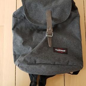 Casyl Black Denim compact rygsæk fra East Pack med læder lukning.   Meget god stand.