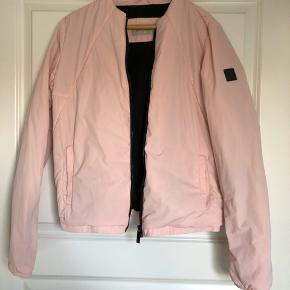 Lækker lyserød jakke fra Calvin Klein købt i London. Sælges da jeg desværre ikke får den brugt nok.