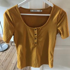 Karry farvet flot t-shirt fra Gestuz. Kun brugt to gange.