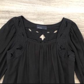 Boheme  Denne bluse/top har et rigtig fint mønster på ryggen.  Foran er der også lidt mønster  ved skuldre og ned.  Den skal lige lidt ned i bukserne/nederdelen, så sidder den så fint.  Mp: 50,- pp.  Bruger gerne mobilepay.  Se også mine andre annoncer ☺️