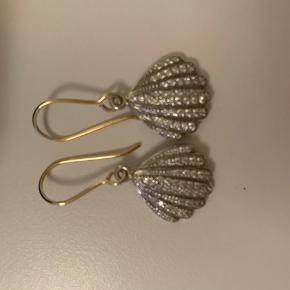 Stine A øreringe. Købt i foråret 2017 og brugt en til to gange. Har ellers ligget i æsken. Modellen hedder vintage Shell with gold hook earrings w/zircons. Pr ørering har kostet 750kr og 1500kr tilsammen. Mindstepris 1100kr.