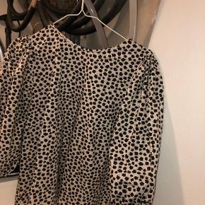 Denne fine bluse er i XL og fra H&M, den er aldrig brugt men sælges billigt