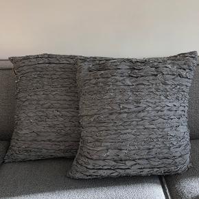 Grå puder fra Muubs i flettet håndvævet læder. Ingen tegn på brug. 2 stk, sælges samlet. Nypris: 1000,-