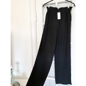 Sorte højtaljede bukser fra Pieces str. Xs 👖 Aldrig brugt 😊 Sælges da jeg har 2 par