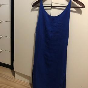 Sindssygt smuk koboltblå kjole. Aldrig brugt. Kan desværre ikke passe den.