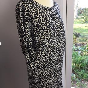 Lækker sweat-kjole fra Moss Copenhagen str. S/M Fremstår som ny uden pletter, huller eller misfarvninger. Sidelommer og 3/4 ærmer. Bryst: 53cm Længde: 80cm