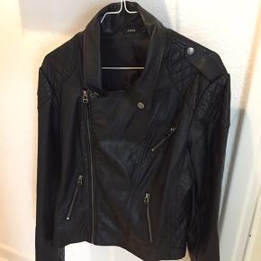 """Super lækker """"biker jakke"""" med mange fede detaljer.  Nypris 1499 Sælges vildt billigt til 1/3 del af prisen, da jeg bare skal ha ryddet ud."""