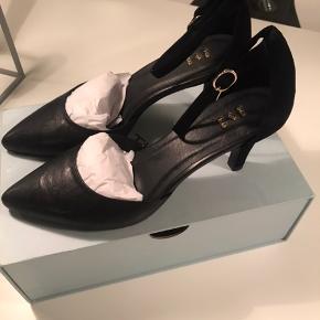 Sælger disse klassiske og meget anvendelige høje sko fra SHOE THE BEAR I sort skind/ruskind :-)  Har aldrig været brugt - nypris 1200 kr