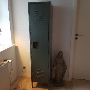 House doctor metal skab. Med en hylde. Støvet grøn. I flot stand.