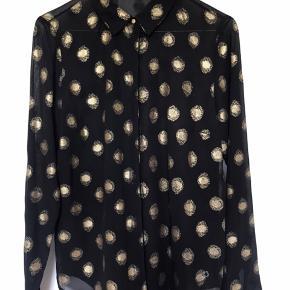 Smuk skjorte i god stand. Elegant med guldprikker. God pris. Størrelse ca S-M.   Se også mine andre annoncer.