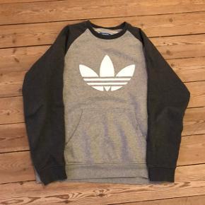 Klassisk Adidas bluse i str. Medium. Køb billigt.