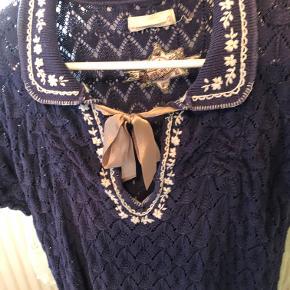 Så fin kjole i strik med fint hulmønster og lille krave