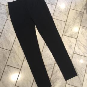 Brand: Noanoa Varetype: Leggings Størrelse: S/M Farve: Sort Prisen angivet er inklusiv forsendelse.  Kraftige leggings, aldrig brugt.  Bomuld polyester elastan.