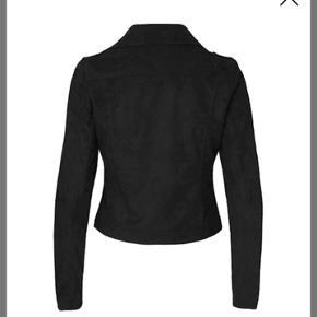 Ruskindsjakke som næsten ikke er brugt. Så den er som ny.  Den er IKKE sort, som på billederne. Jeg kunne bare ikke finde et billede af den rigtige farve :) Den er lidt for lille til mig, så derfor har jeg også sat andre billeder ind, for at vise hvordan den rigtigt sidder.