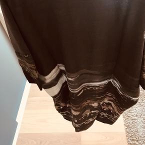 Brugt en gang. Er i 100 % silke. Størrelsen er en onesize. Kan hentes på Nørrebro ellers sender jeg gerne.