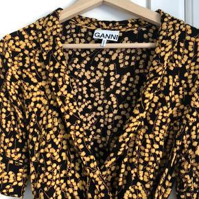 Sødeste Ganni kjole i virkelig god stand. Den er brugt under ti gange. Rigtig god om sommeren eller med en striktrøje og et par bukser om vinteren.  Kjolen fitter bedst en 38 efter min mening.  Fast MP på 800kr