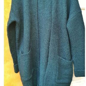 Super flot tyk strik cardigan i petrol/flaskegrøn i str M Helt ny/ubrugt.   35%uld Resten blandet polyester/bomuld