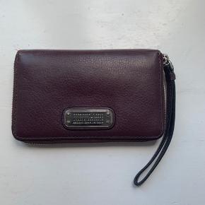 6 lommer- der kan sagtens være 2 kort i hver lomme. Ret mørk bordeaux farve, blødt læder, sølv hardware, kvittering haves. Nypris 1135kr, kom med et bud