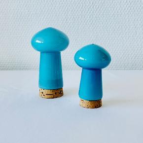 Palet salt og pebersæt i den eftertragtede oceanblå. Designet af Michael Bang for Holmegaard i 1969. Mål: Salt: Højde: 10,8 cm. Diameter: 6,0 cm. Peber: Højde: 8,0 cm. Diameter: 5,2 cm.