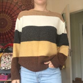 Sød strikket sweater fra h&m med fine striber i str S Brugt få gange, derfor helt som ny. Lækker luftig og tynd strik, så god til sommer! Byd endelig!💕