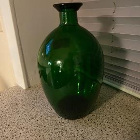 To flotte mørke grønne flasker : Flaske nr 1 .... højde 22,5 .cm Diameter 11 cm.  Pris 68 kr. Flaske nr 2 ...højde 20 cm. Diameter 10 cm. Pris 46 kr   Returneres ikke .  Afhentes på 8270 Højbjerg.  Reserver gerne når halvdelen af beløbet betales i despotiom, Svarer varen ikke til dine forventninger , refunderes pengene .