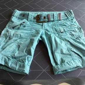 Næsten som nye shorts, i flot grøn farve, søger nyt hjem. Er str. 34.