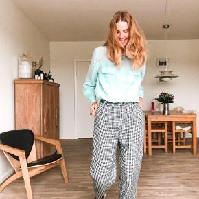 Fine højtaljede momfit bukser. I kraftigt uland-agtig materiale. Har fine indlæg.   Skridtlængde 61 cm  Taljemål 35 cm