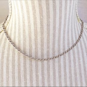 Klassisk cordel halskæde i ægte sølv lavet af Sterling 925 fra Pandora.  Længde 40,5 cm  tykkelse 3 mm Vægt er 11 g   Tjek mine andre annoncer ud! Sælger kjole/ sommerkjole, bla stramme kjoler, designmærker fra Gucci og Fendi, ægte smykker, bla fra Camille Brinch, ur, blå fede jeans, top og nederdel mv.... Giver mængderabat🌸🌸