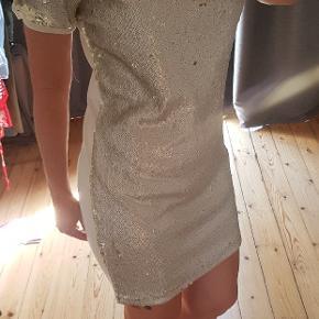 Sommerkjole, der leder efter en fest. Lækker kjole fra Object med flot paillet-front. Jeg er normalt str M og 165 cm høj.